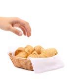 Croissants ou petits pains en croissant dans le panier. Images stock