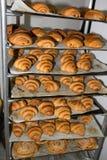 Croissants - pâtisseries françaises fraîches du four Photographie stock libre de droits
