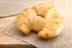 Croissants savoureux cuits au four frais sur la serviette brune Photo stock