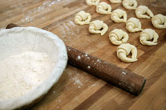 Croissants sin procesar antes de cocer al horno Imágenes de archivo libres de regalías