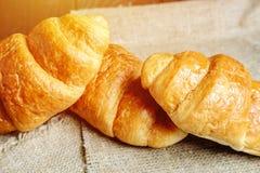 Croissants sulla tabella di legno immagine stock