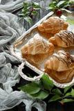 Croissants sur un plateau Images stock