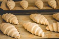 Croissants surgelés sur faire cuire le papier Photos libres de droits