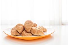 Croissants w białym talerzu Obrazy Royalty Free
