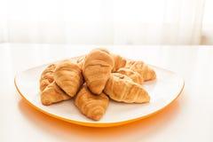 Croissants w białym talerzu Fotografia Royalty Free