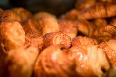 Croissants w gablocie wystawowej przy piekarnią fotografia royalty free