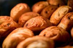 Croissants w gablocie wystawowej przy piekarnią obraz stock