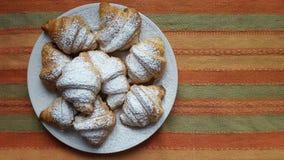 Croissants w talerzu na pasek tkaninie ukazują się zdjęcia stock