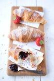 Croissants y fresas fotos de archivo