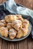 Croissants z czekoladowym plombowaniem na drewnianym tle Zdjęcie Royalty Free