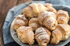 Croissants z czekoladowym plombowaniem na drewnianym tle Zdjęcie Stock