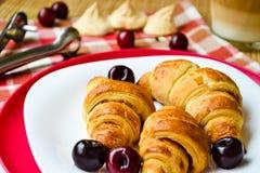 Croissants z czereśniowy kawowy i marmoladowym Fotografia Stock