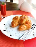Croissantsandwich met de ham van Parma, cheddarkaas en eieren Royalty-vrije Stock Foto