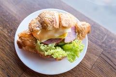 Croissantsandwich met gezoem en kaas en salade Stock Afbeeldingen