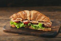 Croissantsandwich met ham en groenten stock fotografie