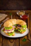 Croissantsandwich met kip, groenten, kaas, tomaat, oni stock afbeeldingen