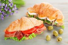 Croissantsandwiches en groene olijven stock afbeeldingen