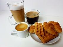 Croissanty Lebensmittel der Waffel backt Kaffee blackcoffee zusammen Lizenzfreies Stockfoto
