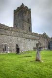 Croix à l'abbaye en Irlande. Photographie stock libre de droits