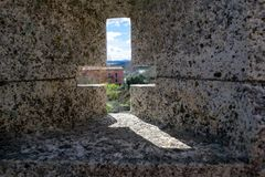 Croix à observer dans le mur du château photos stock