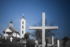 Croix à un cimetière de côté de pays Photos stock