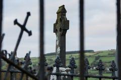 Croix élevée celtique dans le cimetière, Irlande, l'Europe du nord Images libres de droits