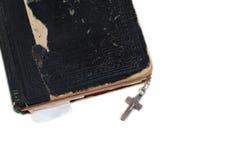 Croix argentée sur la vieille bible avec le cache en cuir Images libres de droits