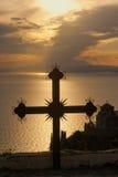 Croix au coucher du soleil sur le mont Athos, Grèce Photos libres de droits