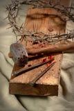 Croix avec des clous, couronne des épines et marteau Images stock