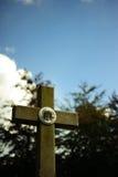 Croix avec la sculpture en Jésus Images stock