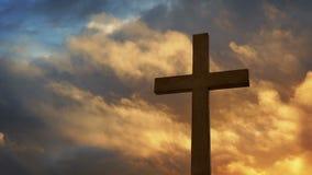 Croix avec le ciel dramatique au coucher du soleil banque de vidéos