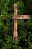 Croix avec le fond de conifère Photographie stock