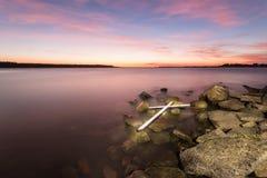 Croix blanche sur des roches Image libre de droits