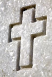 Croix blanche sur la pierre tombale photos stock