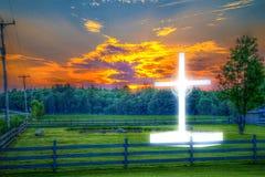 Croix brillante de bord de la route dans une zone rurale, pendant le lever de soleil, couleur de HDR Photos libres de droits