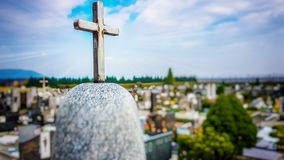 Croix brillante en métal sur le dessus de la pierre tombale de marbre images libres de droits