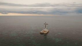 Croix catholique en mer banque de vidéos