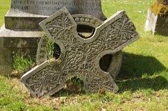 Croix celtique cassée tombée par cimetière Photographie stock