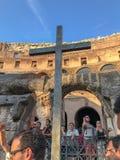 Croix chrétienne à l'intérieur de Roman Colosseum, Italie Photos libres de droits