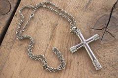 Croix chrétienne argentée avec de petits diamants Photos libres de droits