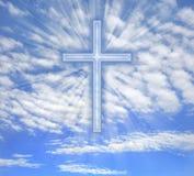 Croix chrétienne avec les faisceaux de lumière au-dessus du ciel illustration stock