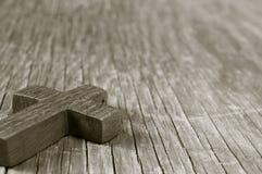 Croix chrétienne en bois sur une surface en bois rustique, tonalité de sépia image libre de droits