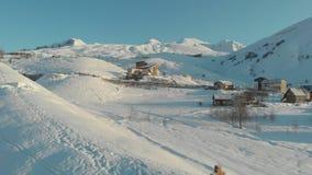 Croix chrétienne sur la montagne neigeuse d'hiver autour de la ville Aérien, hélicoptère clips vidéos