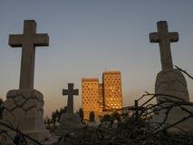 Croix chrétienne sur le coucher du soleil Photographie stock libre de droits