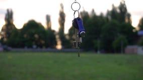 Croix chrétienne sur une chaîne sur le fond du lever de soleil clips vidéos