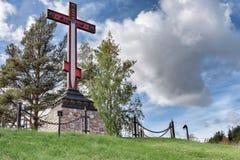 Croix commémorative en l'honneur de la victoire des bras russes sur les envahisseurs étrangers, installée à l'entrée sur la ville image stock
