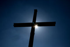 Croix contre éclairée Photos libres de droits