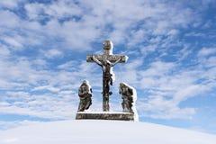 Croix couverte de neige - calvaire Image libre de droits