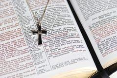 Croix d'Onyx à la page de bible Photographie stock