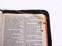 Croix d'or sur la bible, marge image stock